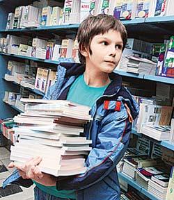 Фото ребенка с учебником 6