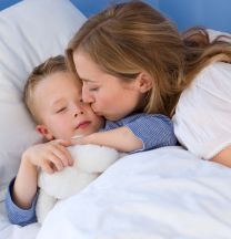 Поцелуй мамы на ночь: почему это важно?