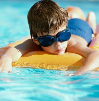 Физическая культура: как научить ребенка плавать?